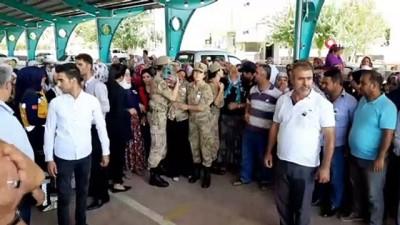 helal -  Şehidin eşi Şehit Yanık'ı üniforma ile karşıladı