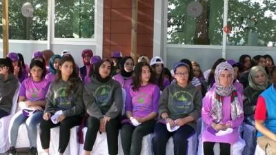 Cumhurbaşkanı Yardımcısı Fuat Oktay, Kırşehir'de saz çalıp, gençlerle türkü söyledi