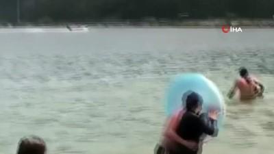 sudan -  Sürücüsüz kalan sürat teknesinin askeri limana çarptığı anlar kamerada