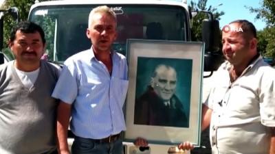 İşçiler çöpte buldukları Atatürk portresini muhtara hediye etti