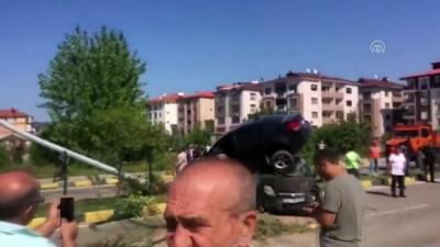 Kaza yapan iki otomobilden biri diğerinin üstüne çıktı - BARTIN