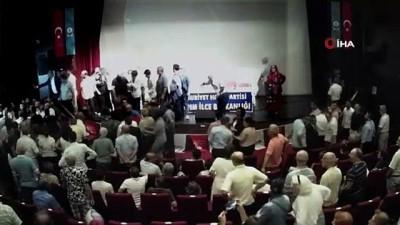 baskan adayi -  Kaftancıoğlu'nun katıldığı CHP toplantısında ortalık karıştı, yumruklar konuştu