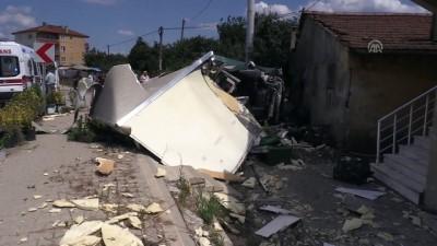 Kamyonet evin duvarına çarptı: 2 yaralı - YALOVA