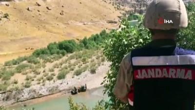 is makinesi -  Siirt'te çayda bulunan kamyonet jandarma tarafından çıkarıldı