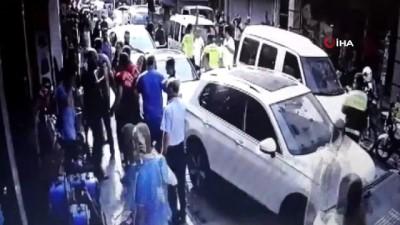 Yanlış parktan ceza yazan polise saldıran grup, biber gazı ve copla dağıtıldı...O anlar kamerada