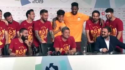 Fatih Terim ve futbolculardan basın toplantısı sırasında kutlama