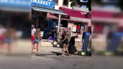 Bodrum'da sokak ortasında yumruk yumruğa kadın kavgası kamerada