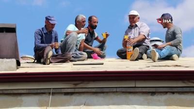 Çatı işçileri yürekleri ağza getirdi