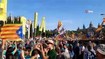 - Ayrılıkçı Katalanlar 'Katalonya Ulusal Günü'nde Barselona sokaklarını doldurdu
