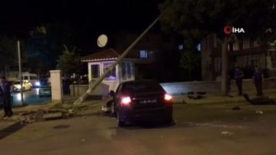 Isparta'da 2 otomobil çarpıştı, kaza sonrası savrulan bir araç aydınlatma direğini devirdi