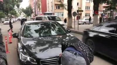 Araç motoruna giren yavru kediyi vatandaşlar kurtardı