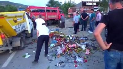 Meyve yüklü kamyonet otomobille çarpıştı : 2 yaralı - SİNOP