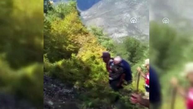 saglik personeli - Ekipler ormanda bulunan yaşlıyı sırtta 3 kilometre taşıdı - AMASYA