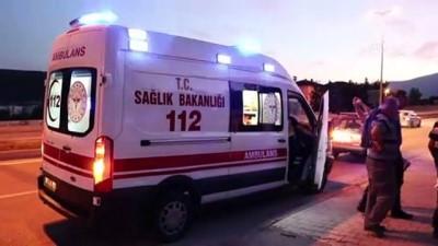 Freni boşalan otomobil üniversite öğrencilerine çarptı: 2 yaralı - KARABÜK