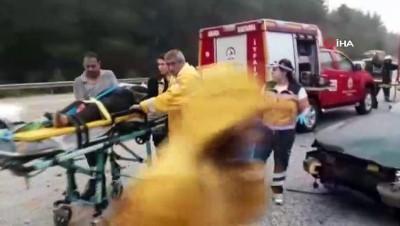 İki otomobil çarpıştı, hurdaya dönen otomobil sürücüsünü itfaiye kurtardı