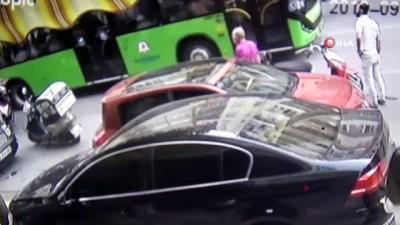 Motosikletin savrulup park halindeki araca çarptığı anlar kamerada