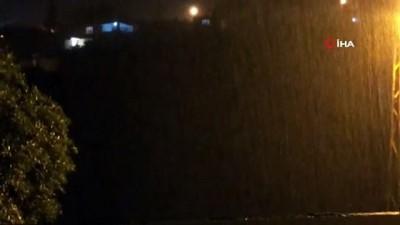 İskenderun'da şimşekler geceyi gündüze çevirdi yağmur hayatı olumsuz etkiledi