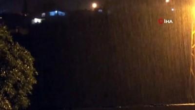İskenderun'da şimşekler geceyi gündüze çevirdi, yağmur sonrası yollar göle döndü