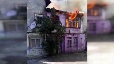 Fatih'te alev alev yanan binaya bahçe hortumuyla müdahale etti