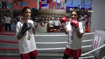 kiz kardes - Kick Boksçu kız kardeşler, ilk şampiyonadan madalya ile döndü