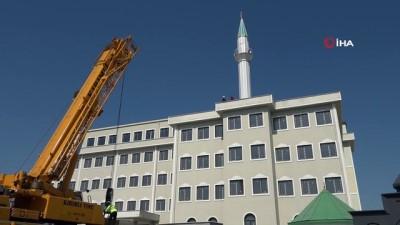 Yapımı devam edenin imam hatip lisesinin çatısında bulunan minare kaldırıldı