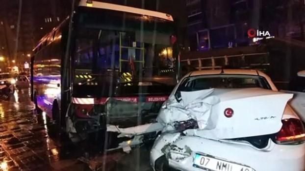 halk otobusu -  Samsun'da halk otobüsü park halindeki 3 araca çarpıp kaldırıma çıktı: 2 yaralı