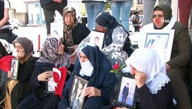 polis memuru -  Çocukları dağa kaçırılan ailelerin HDP önündeki eylemi 20'nci gününde