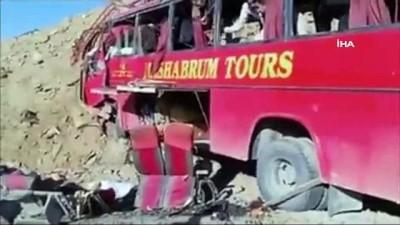 haziran ayi -  - Pakistan'da yolcu otobüsü kaza yaptı: 26 ölü, 15 yaralı