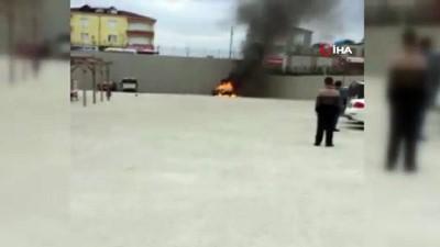 Sinop'ta hastane bahçesinde otomobil alev alev böyle yandı