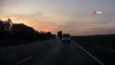 Rusya'da freni patlayan tır iki aracı ezdi: 1 ölü, 2 yaralı- Dehşete düşüren kaza anı anbean araç kamerasına yansıdı