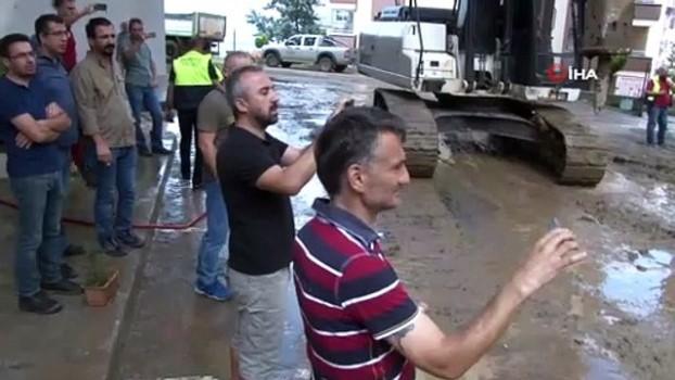 kasko - İstinat duvarının çökmesi sonucu toprak altında kalan 3 araçtan 2'si çıkartıldı