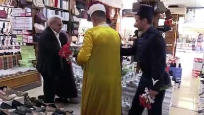 Konya'da zabıtalar Osmanlı zabıta kıyafeti giyip karanfil dağıttı