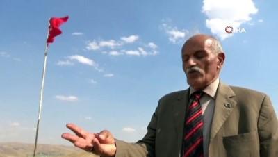 35 yıldır Türk bayrağını köyünde dalgalandırıyor