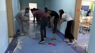 Hakkari'de müdür, öğretmen ve veliler okul temizledi