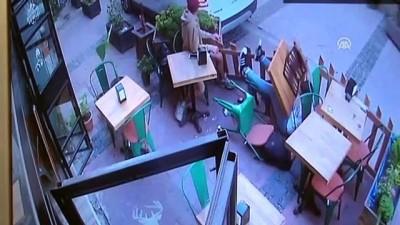 Otomobilin kafede oturanlara çarpması güvenlik kameralarında - ÇANAKKALE