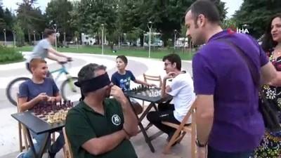 Gözleri kapalı, sırtı dönük şekilde 3 kişiye karşı satranç oynadı