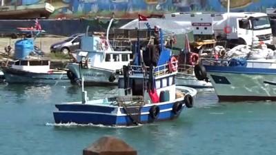 Denizden umduklarını bulamayan balıkçılar teknelerini limana bağladı