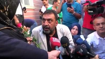 Sinema oyuncusu Ahmet Yenilmez'den HDP önünde oturma eylemi yapan ailelere destek ziyareti