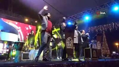 Kuşadası'nda yılbaşı gecesini sokakta kutladılar