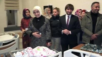 Van Valisi Bilmez ve beraberindekiler yeni yılın ilk bebeklerini ziyaret etti