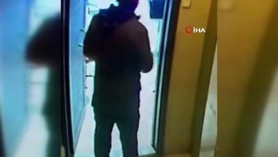 Hem simit yedi, hem hırsızlık yaptı... Rahat hareketleriyle pes dedirten hırsız kamerada