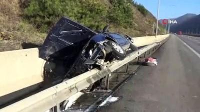 TEM Otoyolu'nda şaşırtan kaza...Kontrolden çıkan otomobil bariyer ile beton blok arasında sıkıştı
