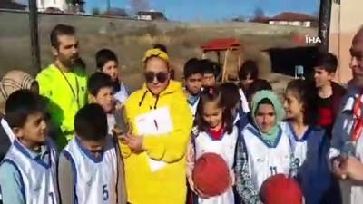 Bu köyde basketbol, kale direğinde oynanıyor