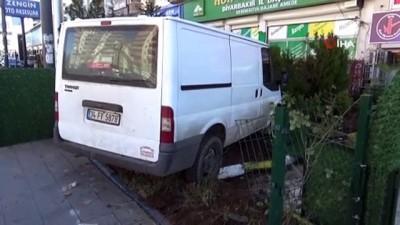 Kontrolden çıkan minibüs yayalar çarptı, dehşet anları kameraya böyle yansıdı