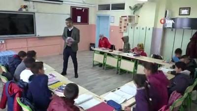 Köy okulunun hem öğretmeni hem de kuaförü