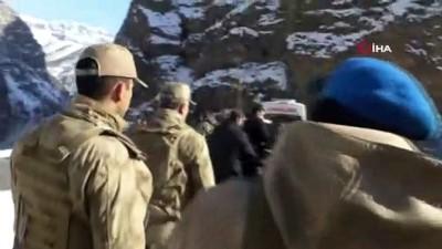 guvenlik gucleri -  Hakkari Valisi, beraberindeki komutanlarla operasyon bölgesini denetledi