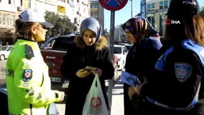 Kadın Polisler, kadına şiddete dikkat çekmek için broşür dağıttı