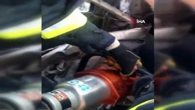 Hurdaya dönen otomobilde sıkışan sürücüyü itfaiye ekipleri böyle kurtardı