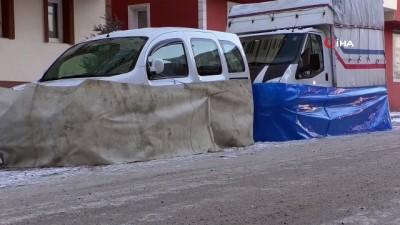 Kars eksi 21'i gördü...İş yerlerinin kapı kilitleri ve camları dondu