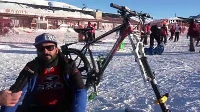 Kayak yaparken bile bisikletinden vazgeçmedi